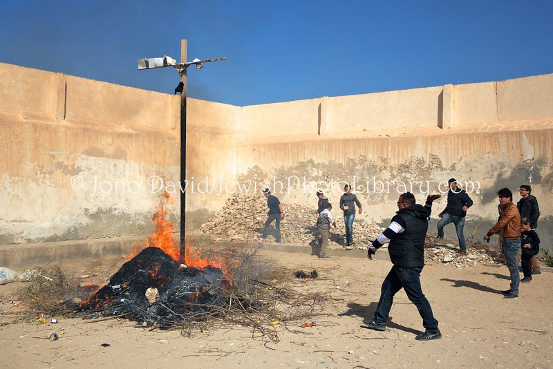 TN-1818.-Burning-of-Hamans-Effigy-Purim.-Hara-Kebira-Djerba-Tunisia-L-1
